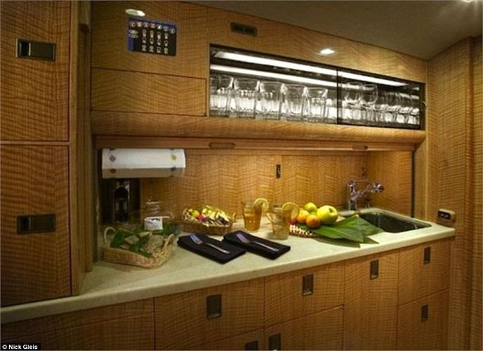 Bếp với đầy đủ thiết bị trên máy bay để phục vụ những bữa ăn trong chuyến đi dài