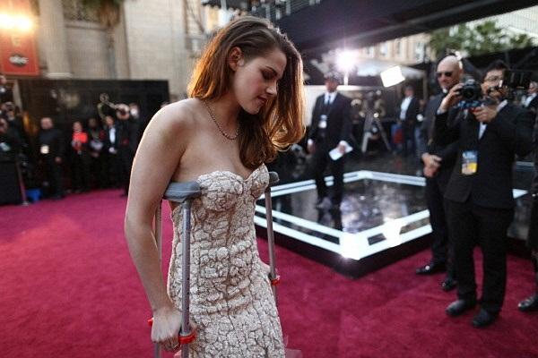 Được trợ lý đi kèm, Kristen chậm rãi tiến vào thảm đỏ.