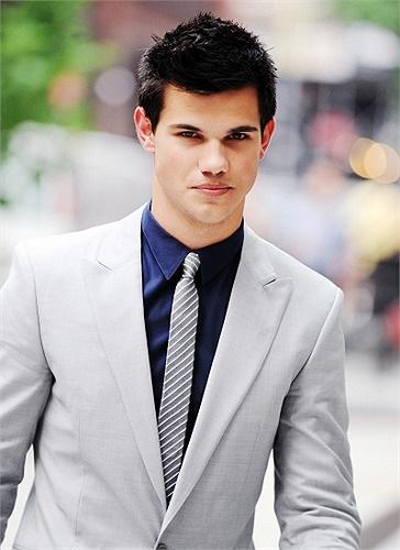 Bạn diễn của cô – người sói Taylor Lautner cũng nhận giải Nam diễn viên phụ tệ nhất.