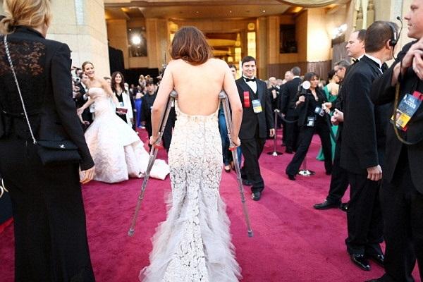 Cho dù vướng víu với đôi nạng nhưng cô vẫn diện một chiếc váy dài thướt tha.