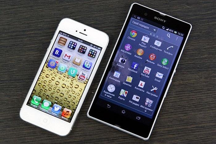 Cả 2 đều có phần gờ màn hình thừa khá nhiều. Với màn hình cỡ 5 inch, Xperia Z tỏ ra vượt trội so với đối thủ về độ lớn. (Theo Đức Nam/Infonet)