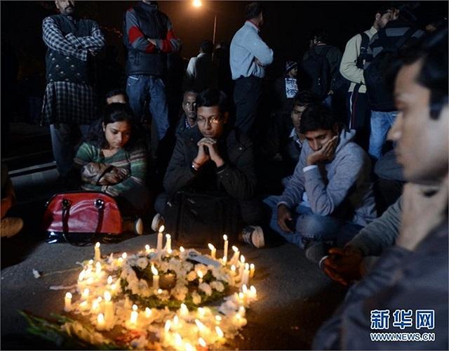 Người dân New Delhi thương xót nữ nạn nhân 23 tuổi đã chết sau khi bị cưỡng bức tập thể trên xe buýt