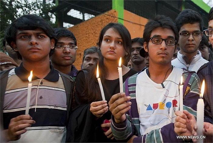 Nữ sinh viên Ấn Độ bị một băng đảng hiếp dâm tàn bạo trên một xe buýt đã chết tại một bệnh viện Singapore hôm 29/12