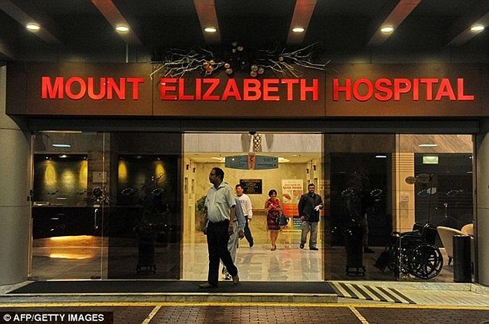Bên ngoài bệnh viện Singapore - nơi nạn nhân nằm điều trị