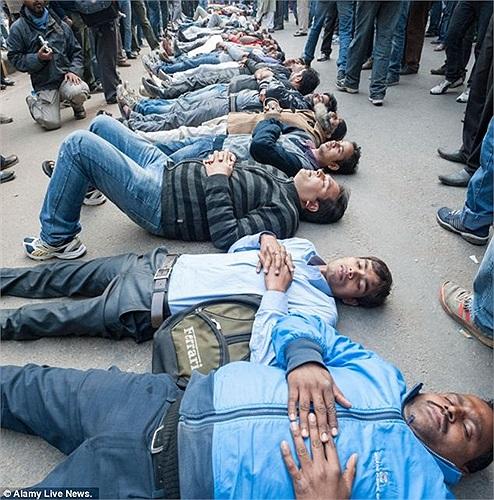 Những người đàn ông New Delhi nằm xuống đường để biểu tình nạn hiếp dâm dã man ở nước này