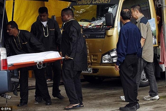 Thi thể nạn nhân được chuyển tới nhà tang lễ ở Singapore trước khi đưa về Ấn Độ