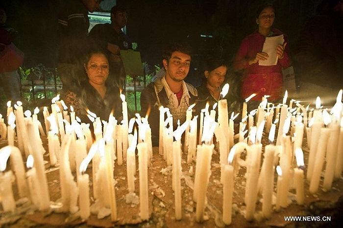 Hàng nghìn ngọn nến trắng cùng hoa tưởng niệm nạn nhân chết thương tâm