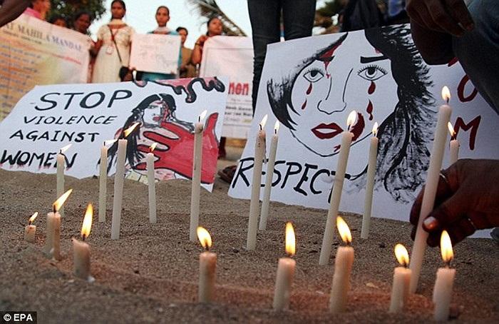 Những cây nến tưởng niệm nữ nạn nhân bị cưỡng hiếp