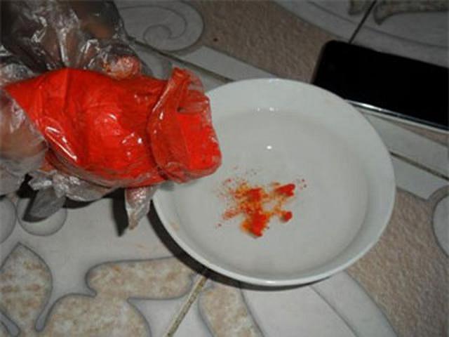 Sau đó nhúng miếng thịt lợn vào.