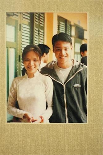 Khải Anh chia sẻ trên trang cá nhân bức ảnh thuở học trò với Đan Lê. Đan Lê khi ấy đã xinh đẹp rực rỡ trong tà áo dài trắng.