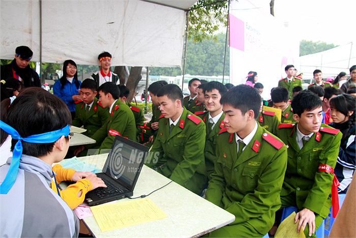 Các chiến sĩ cảnh sát trẻ hồi hộp chờ đến lượt hiến máu