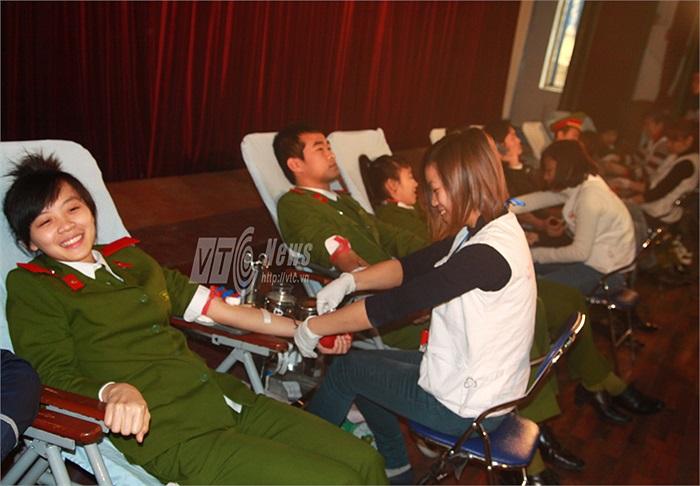 Vẫn cười tươi khi tham gia hiến máu