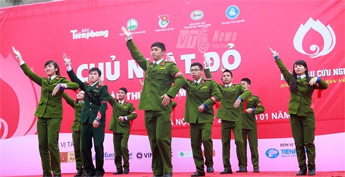 Màn nhảy dân vũ sôi động của các chiến sĩ cảnh sát trong tương tai