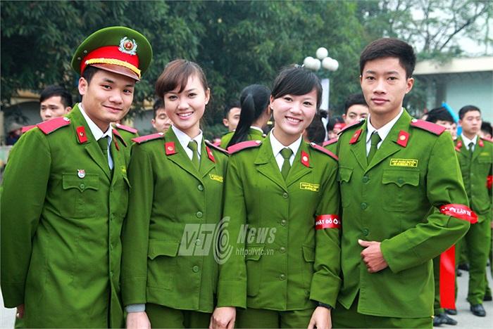 Những nữ sinh xinh đẹp của Học viện Cảnh sát vừa tham gia cuộc Hoa khôi của trường cũng nhiệt tình tham gia vào ngày hội