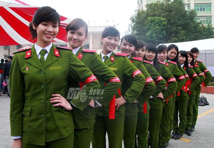 Những nữ cảnh sát tương lai xinh đẹp rất thích thú khi được đóng góp sức trẻ.