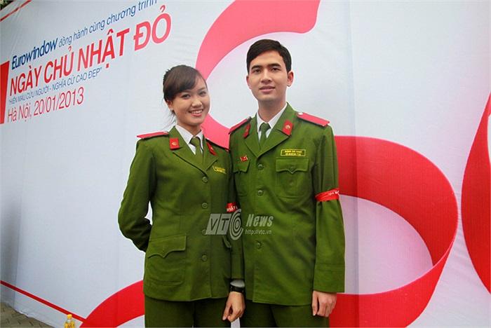Cặp đôi Đặng Bá Vinh – B5, Lê Mai Thương – B1 vừa giành giải Nhất cuộc thi Hoa khôi Học viện cảnh sát khóa D36 cũng cùng nhau tham gia vận động hiến máu