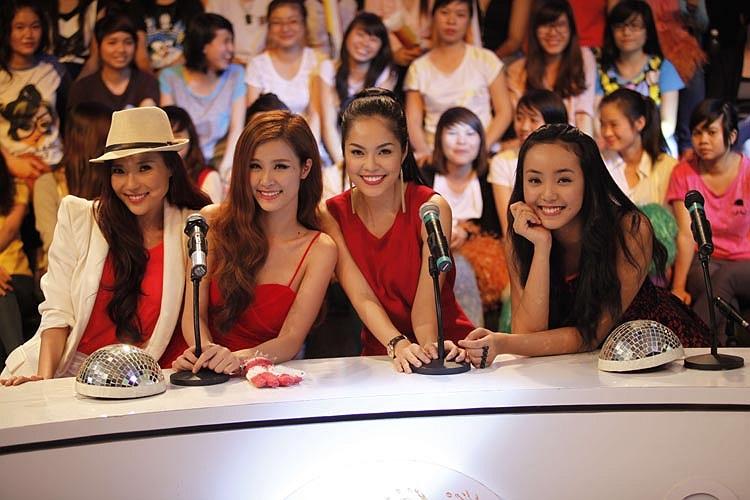 4 người đẹp: Á hậu Điện ảnh 1999 Dương Cẩm Linh, người mẫu Bảo Trân, ca sĩ Đông Nhi và diễn viên Thúy Diễm vừa có dịp hội ngộ đầu năm trong chương trình Đọ sức âm nhạc.