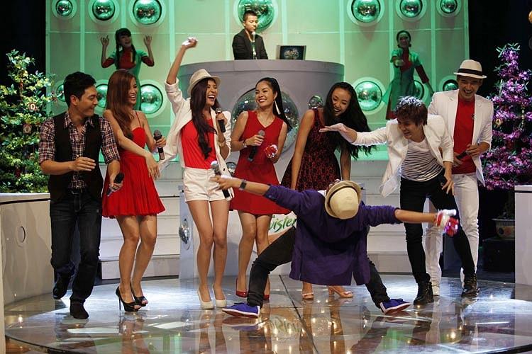 4 người đẹp đã có cuộc thi tài âm nhạc vui nhộn cùng 4 chàng trai: ca sĩ Ông Cao Thắng, MC Phan Anh, diễn viên Đại Nghĩa và Lương Thế Thành.