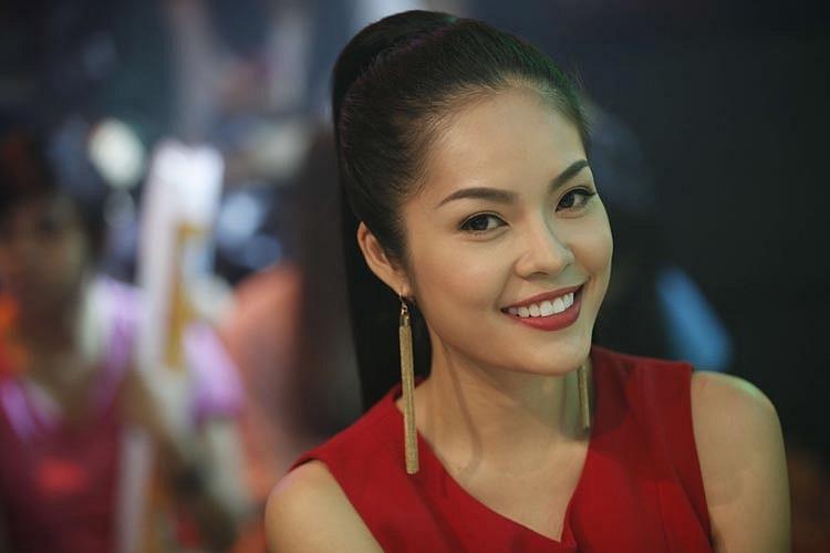 Cô gây ấn tượng với vẻ đẹp sắc sảo và nụ cười rạng rỡ.