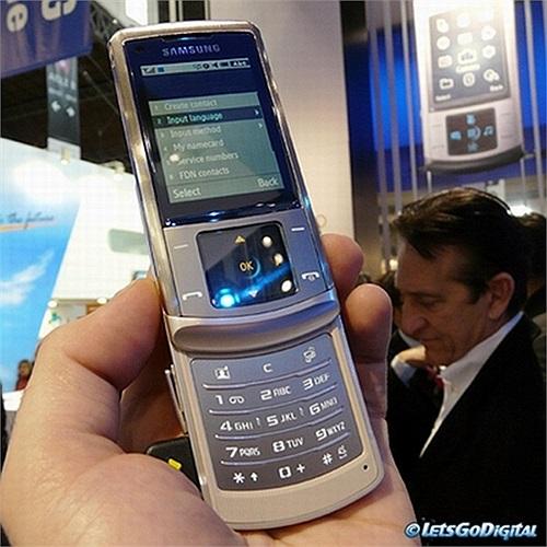 Samsung Soul: xuất hiện tại MWC năm 2008, Samsung đã tạo ra cú huých lớn đối với điện thoại mới của họ với một biểu ngữ xuất hiện mọi nơi ở Barcelona.Có thể nói Samsung Soul cũng là điện thoại đa phương tiện hấp dẫn và thiết kế đẹp.