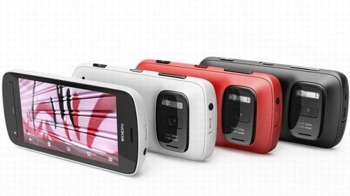 Nokia 808 PureView:Không giống như những điện thoại khác, 808 PureView là kết quả vượt bậc của Nokia trong việc nâng cấp điện thoại chụp ảnh. Bộ cảm biến hình ảnh của 'chú dế' này lên mức đáng kinh ngạc, lên tới 41MP
