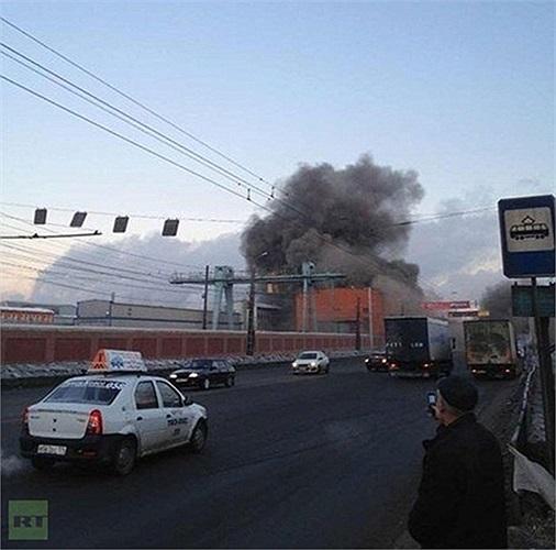 Khói bốc lên từ hiện trường một tòa nhà bị ảnh hưởng bởi mảnh vỡ của thiên thạch