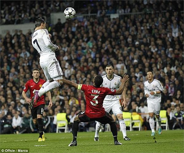 Việc Ronaldo bật nhảy ngang tầm đầu Evra càng chứng tỏ sự hoàn thiện trong các kĩ năng của cầu thủ người Bồ Đào Nha