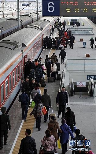 Hành khách lên đường trở lại công việc thường ngày sau kỳ nghỉ Tết Nguyên đán kéo dài