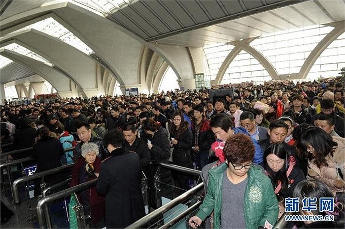 Tàu xe Trung Quốc lại oằn mình đón tỉ lượt người