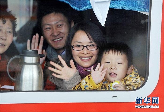 Gia đình tạm biệt người thân ở nhà ga