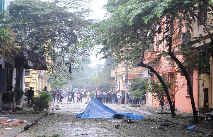 Nửa đêm, người dân cả khu phố giật mình bởi tiếng nổ kinh hoàng.