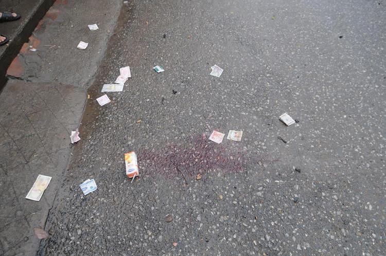 Vết máu loang lổ tại hiện trường.