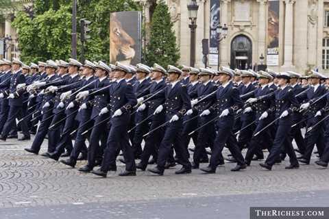 Pháp. Trong lịch sử đã từng có thời điểm, Pháp gửi quân đến khắp mọi nơi trên thế giới. Đến nay, họ vẫn là một trong cường quốc quân sự thế giới và chi ra khoảng 62,3 tỷ USD cho quốc phòng trong năm qua