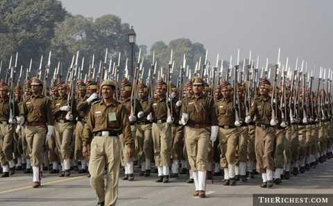 Ấn Độ. 1.325.000 binh lính là số lượng khá khủng đối với quân đội quốc gia. Ấn Độ chi ra 50 tỷ USd cho quân sự và có tới gần 6.000 xe tăng chiến đấu cùng gần 2.000 máy bay luôn sẵn sàng hoạt động
