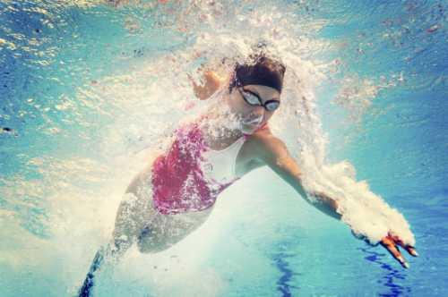 Các hoá chất trong bể bơi cũng có thể làm hỏng răng (ảnh: 1800contacts)
