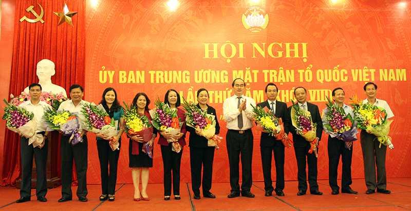 Lần đầu tiên 2 ủy viên Bộ Chính trị tham gia Ủy ban Trung ương MTTQ Việt Nam là ông Nguyễn Thiện Nhân và bà Trương Thị Mai.