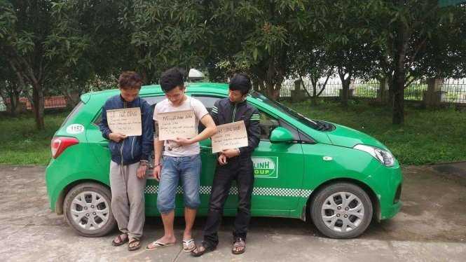 Ba con nghiện bị vây bắt khi cướp taxi - Nguồn ảnh: Tuổi trẻ
