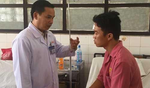Bác sĩ Nguyễn Khắc Vui – Phó giám đốc Bệnh viện Đa khoa Sài Gòn thăm và khám bệnh cho các nạn nhân