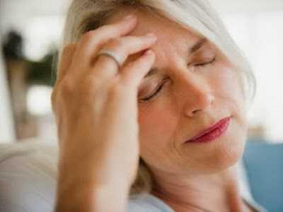 """Người mang thể """"dương hư"""" biểu hiện là sợ lạnh, tay chân lạnh, không thích điều hòa, đại tiện thường loãng, tiểu đêm nhiều lần. Thể trạng này thường xuất hiện ở người cao tuổi do mệt mỏi trong thời gian dài. Tỷ lệ mắc ung thư ở người """"dương hư"""" cũng cao hơn so với người bình thường."""