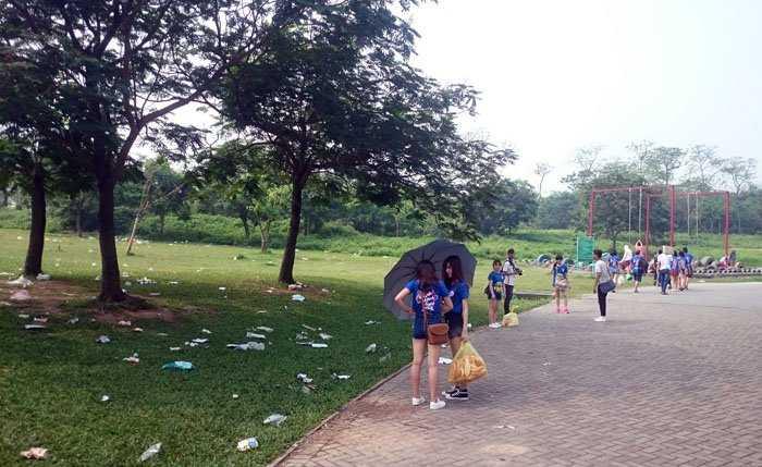 Thức ăn thừa, túi nilon phủ trắng các gốc cây, bãi cỏ ở Công viên Yên Sở (Hà Nội) sau kỳ nghỉ lễ 4 ngày