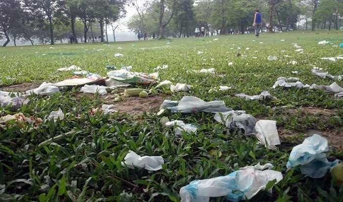 Ngày 3.5, sau 3 ngày nghỉ lễ, bãi cỏ ở Công viên Yên Sở phủ đầy túi nilon, đồ ăn thừa vương vãi khắp nơi.