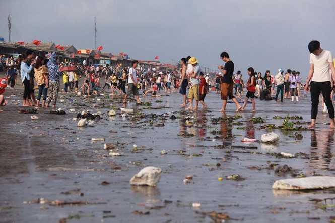 Rác tràn ngập tại bãi biển Quất Lâm (Nam Định) sau ngày nghỉ lễ Ảnh: Lê Nam