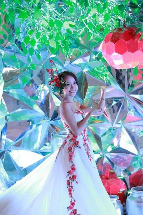 Vân Hugo trong váy dạ hội đính hoa 3D của May's Bridal, trông Vân Hugo tràn đầy sức sống.