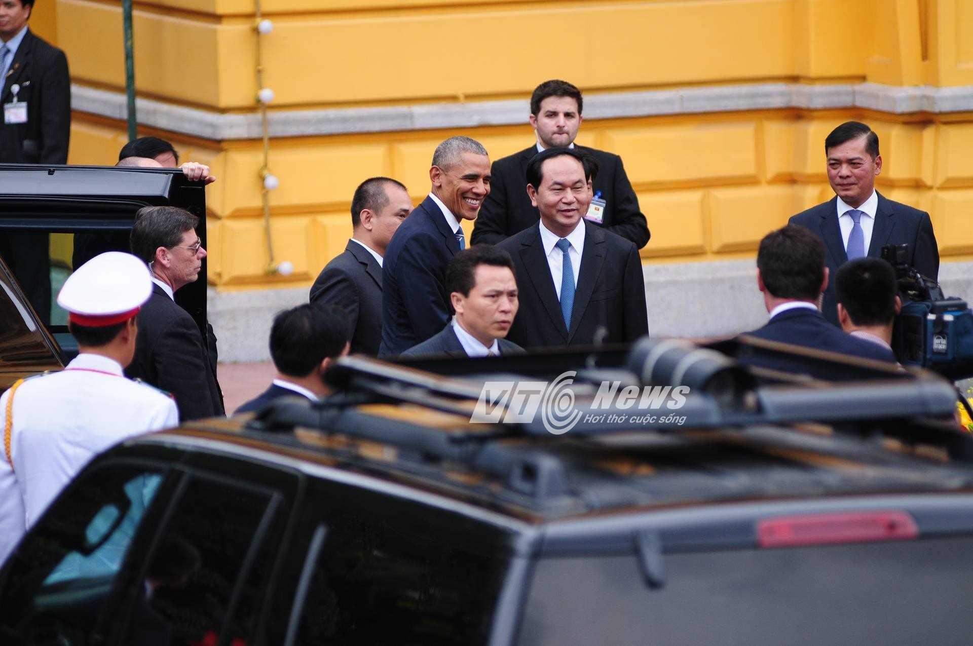 10h50: Đoàn xe của tổng thống Mỹ đã đến, Chủ tịch nước Trần Đại Quang đón ông Obama ngay trước Phủ chủ tịch. (ảnh: Tùng Đinh)