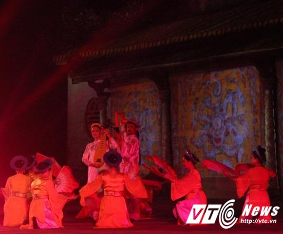 Nhiều tiết mục ca múa hát cung đình cổ được trình diễn tại đêm khai mạc Đêm hoàng cung Festival Huế 2016.