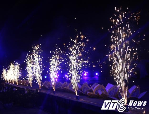 Sân khấu khai mạc Đêm hoàng cung trước điện Thái Hòa rực sáng bởi nghệ thuật trình chiếu ánh sáng hiện đại và pháo bông.