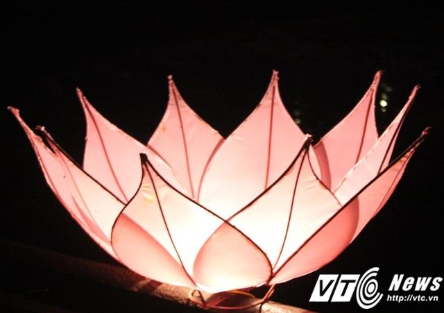 Cả Đại Nội Huế trong Đêm hoàng cung được thắp sáng bằng đèn lồng, đèn cánh sen đẹp một cách lung linh và cổ kính.