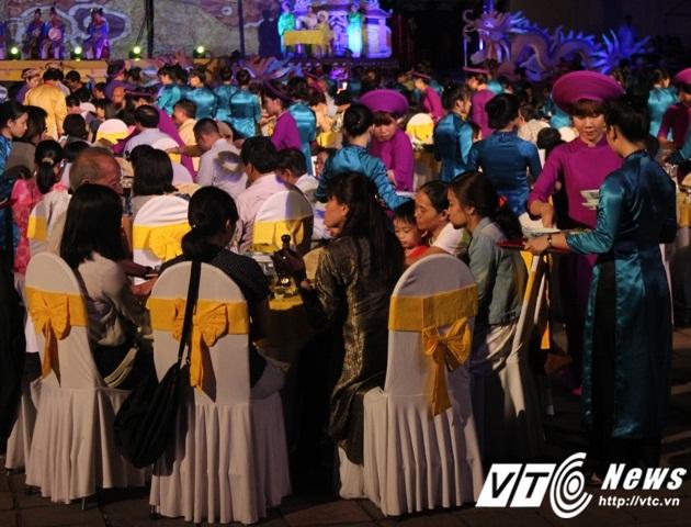 Dạ yến tiệc hoàng cung được tái hiện trong Đêm hoàng cung là sự kết hợp giữa ẩm thực độc đáo cung đình và các chương trình ca múa đặc sắc nhất của đời sống cung đình xưa.