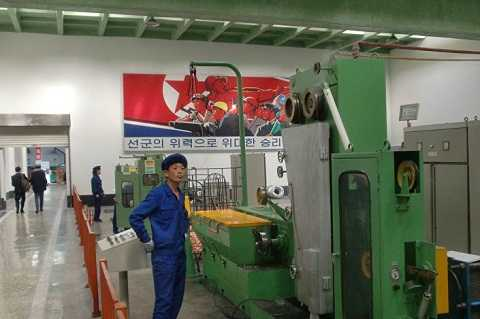 Dù mức lương công nhân ở nhà máy này của Bình Nhưỡng kém xa so với ở Mỹ, hoặc ở Nhật, nhưng nó vẫn nổi bật với những điểm riêng biệt