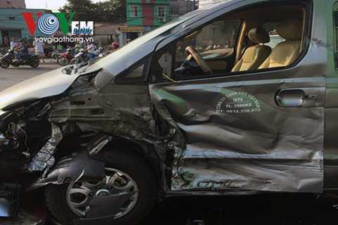 Vụ tai nạn liên hoàn khiến 1 hành khách người Nhật trên xe 9 chỗ bị thương, được đưa đi cấp cứu.